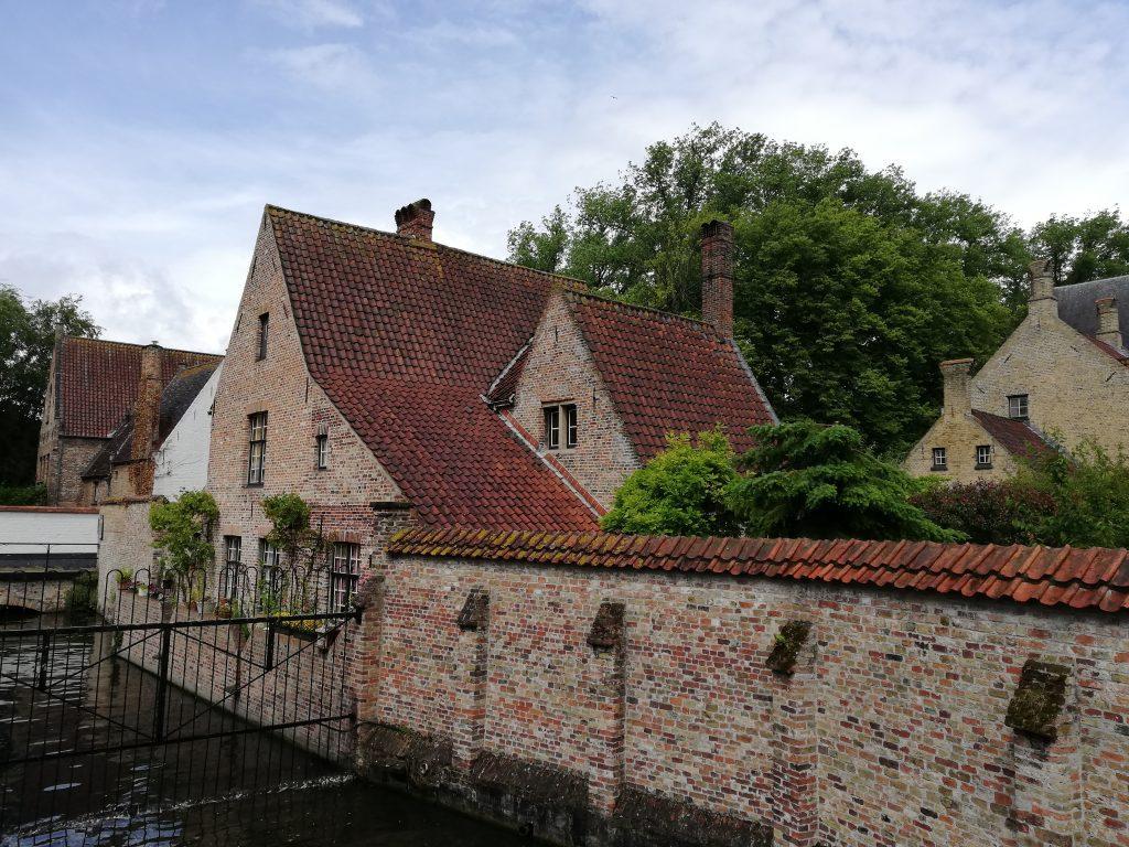 Cosa vedere a Bruges. Ingresso del beghinaggio il monastero delle beghine.