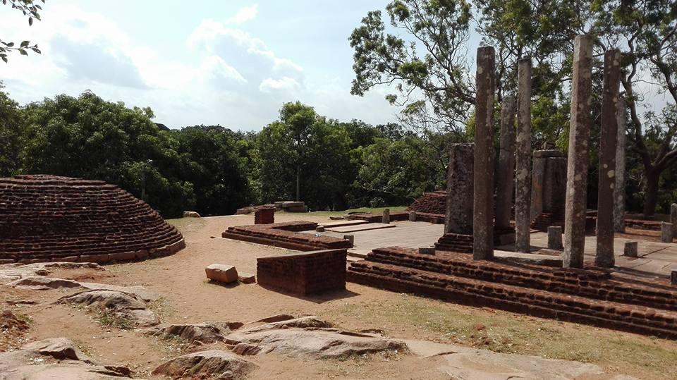 rovine del monastero di Medamaluwa a Mihintale