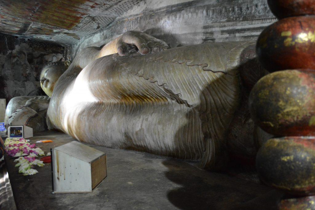 buddha gigante all'interno della prima grotta di Dambulla