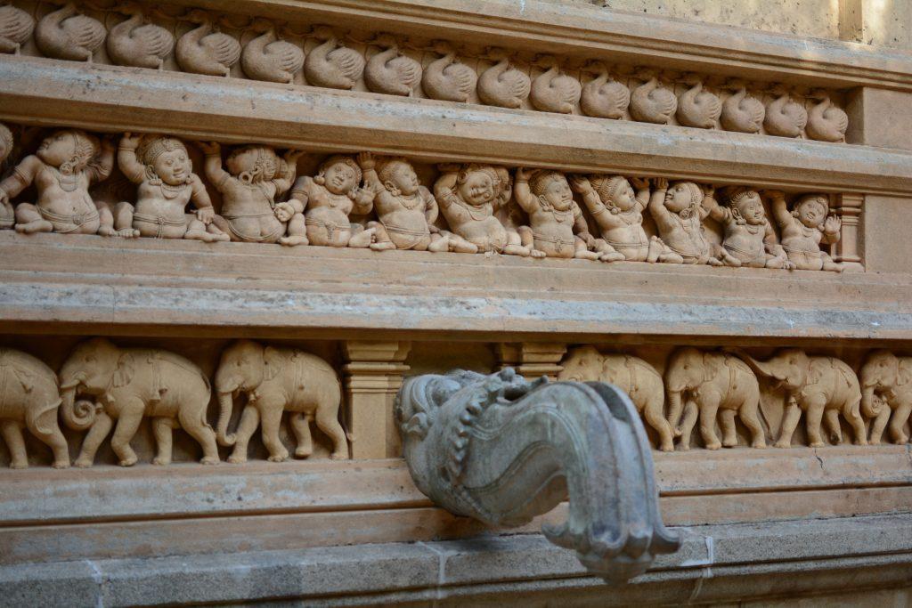 particolare dell'edicola con i nanetti ed elefanti