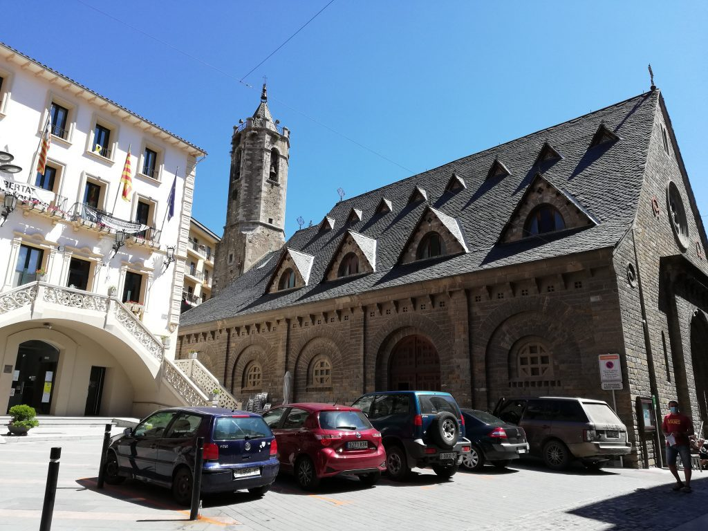 Il palazzo del comune e la chiesa di Ribes de Freser