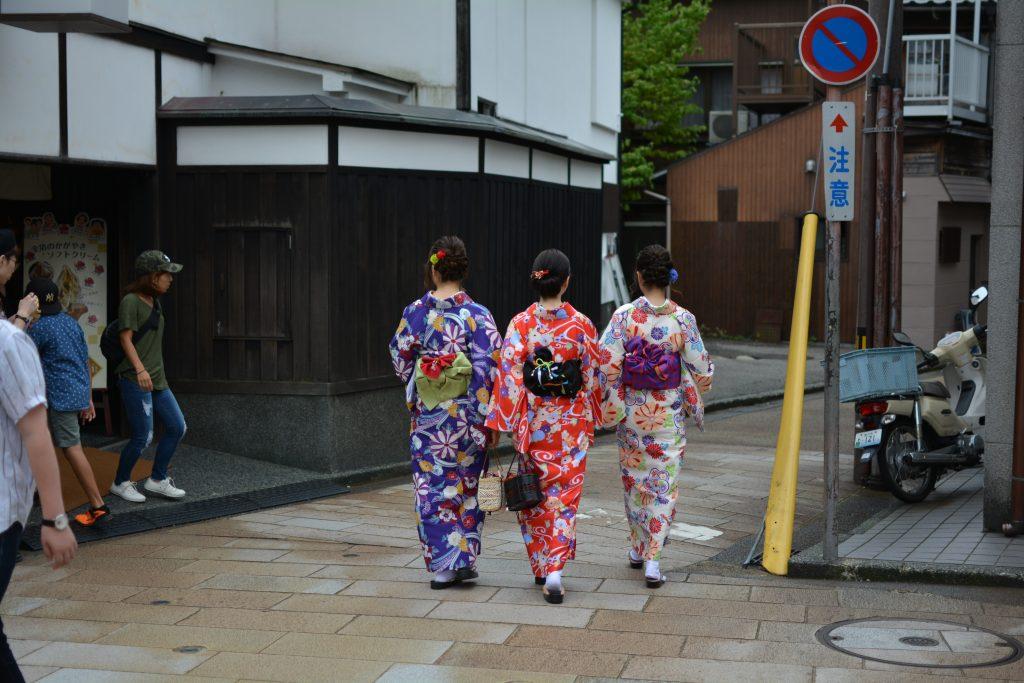 Ragazze giapponesi che indossano lo yukata, l'abito tradizionale per l'estate
